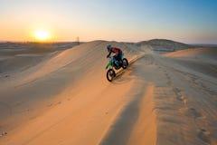 Kruising door woestijn stock afbeelding