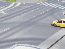 Kruising met Gele Auto Stock Foto's