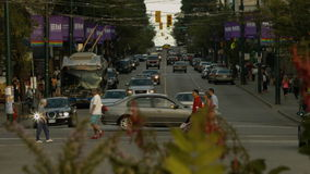 Kruising met overvloedsauto's, fietsen en voetgangers stock video