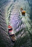 Kruising van boten in rivier royalty-vrije stock afbeelding