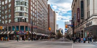 Kruising van Carlton, Universiteit en Yonge in Toronto Royalty-vrije Stock Afbeeldingen