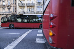 Kruising van stedelijke bussen in tegenovergestelde richtingen royalty-vrije stock foto's