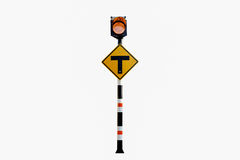 3 kruisingsteken, Zonne aangedreven verkeersteken, verkeersteken Stock Afbeeldingen