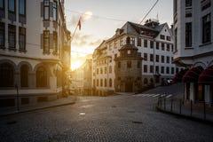 Kruispunten in een Europese stad Avondtijd, zonsondergang, schemering stock afbeeldingen
