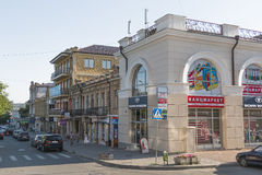 Kruispunten van Oktyabrskaya St en Dzerzhinsky St in Pyatigor Stock Foto