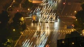 Kruispuntenverkeer timelapse bij nacht stock video