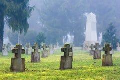 Kruisvormige grafstenen in een oude begraafplaats Stock Afbeeldingen
