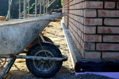 Kruiwagen bij de bouw Stock Afbeelding
