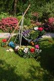 Kruiwagen, grasmaaimachine, tuinapparatuur royalty-vrije stock afbeelding