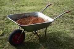 Kruiwagen met baksteencrumbs Royalty-vrije Stock Afbeelding