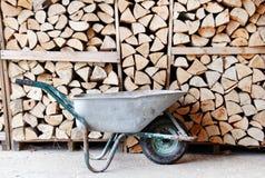 Kruiwagen met grote stapel van brandhout royalty-vrije stock foto