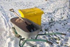 Kruiwagen met zand op de ijzige stoep royalty-vrije stock foto's