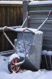 Kruiwagen in sneeuw Stock Foto's