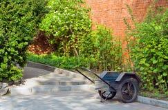 Kruiwagen in Tuin stock afbeelding