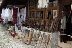 KRUJE, ALBANIË - Juni 2018: Traditionele Ottomanemarkt in Kruja, geboortestad van Nationale Held Skanderbeg Vlooienmarkt binnen stock fotografie