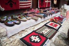 KRUJE, ALBANIË - Juni 2018: Traditionele Ottomanemarkt in Kruja, geboortestad van Nationale Held Skanderbeg Vlooienmarkt binnen royalty-vrije stock foto