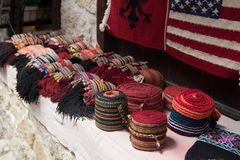 KRUJE, ALBANIË - Juni 2018: Traditionele Ottomanemarkt in Kruja, geboortestad van Nationale Held Skanderbeg Vlooienmarkt binnen stock afbeelding