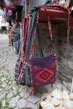 KRUJE, ALBANIË - Juni 2018: Traditionele Ottomanemarkt in Kruja, geboortestad van Nationale Held Skanderbeg Vlooienmarkt binnen stock foto's