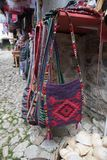 KRUJE, ALBANIA - giugno 2018: Mercato tradizionale dell'ottomano in Kruja, città di nascita dell'eroe nazionale Scanderbeg Mercat fotografie stock