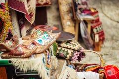 KRUJE ALBANIEN - Juni 2018: Traditionell ottomanmarknad i Kruja, födelsestad av den nationella hjälten Skanderbeg Loppmarknad arkivfoto