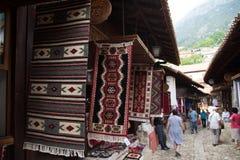 KRUJE ALBANIEN - Juni 2018: Traditionell ottomanmarknad i Kruja, födelsestad av den nationella hjälten Skanderbeg Loppmarknad in fotografering för bildbyråer