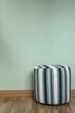Kruk in lege ruimte tegen een groene muur Royalty-vrije Stock Foto's