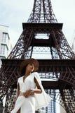 kruk z włosami indyjska dama pozuje przeciw sfałszowanej wieży eifla Zdjęcia Stock
