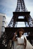kruk z włosami indyjska dama pozuje przeciw sfałszowanej wieży eifla Obrazy Royalty Free