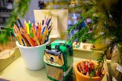 Kruka av den färgblyertspennor och vässaren Royaltyfri Foto