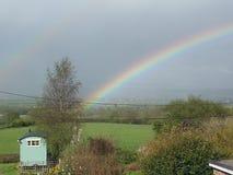 Kruka av golf på slutet av regnbågen Fotografering för Bildbyråer