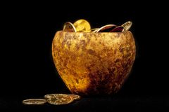 Kruka av guld med svart bakgrund royaltyfri fotografi