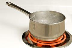 Kruka av kokande vatten på den varma gasbrännaren Arkivbild