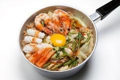 Kruka av kryddiga ögonblickliga nudlar med isolerad sukiyakisås Arkivfoton