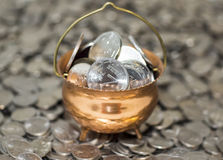 Kruka av rikedom med mynt på pengar Royaltyfri Fotografi