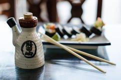 Kruka av soya med sushi Arkivbild