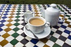 Kruka av te på den keramiska belade med tegel tabellen i marockanskt kafé royaltyfria foton