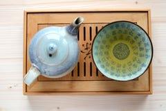 Kruka av te på en träplatta royaltyfria foton