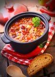 Kruka av varm och kryddig mexicansk chili Arkivfoton