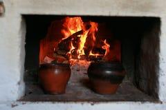 Kruka i ugnen med mat ugnsgaffeln Royaltyfri Foto