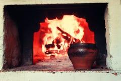 Kruka i ugnen och ugnsgaffeln Fotografering för Bildbyråer