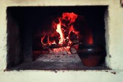 Kruka i ugnen och ugnsgaffeln Arkivbilder
