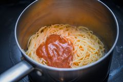 Kruka med lagad mat spagetti- och pastasås Royaltyfri Fotografi