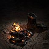 Kruka nära lägereld på natten Fotografering för Bildbyråer