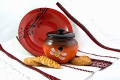 Krukan av honung och ett keramiskt pläterar Royaltyfri Fotografi