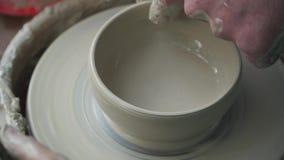 Krukatillverkarehand som tillverkar krukmakeri arkivfilmer