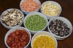 Krukmakeri bowlar mycket av torkad mat Royaltyfri Bild