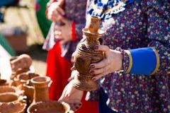 Krukmakeri från en säljare på marknaden Royaltyfri Fotografi