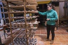 Krukmakeri, genom att förlägga keramiska stycken på träbräden för att komma med dem till ugnen Royaltyfria Foton