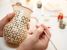 krukmakeri Målningkrukmakeri Måla hjälpmedel på tabellen Royaltyfria Bilder