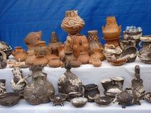 Krukmakeri som imiterar forntida keramiskt från Cucuteni kultur arkivfoto